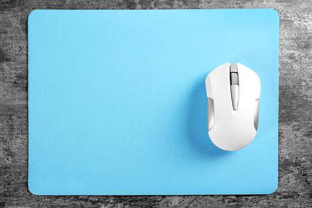 Lege mat en draadloze muis op gestructureerde achtergrond Stockfoto