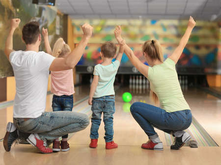 Familie, die Spaß am Bowlingclub hat