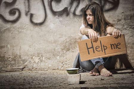 Pobre mujer pidiendo ayuda en la calle
