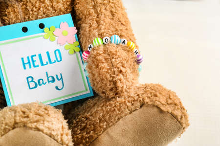 Bracelet with baby name Noah on bear's paw, close up 版權商用圖片 - 97800378