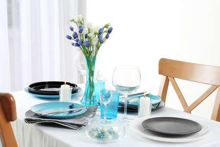 Piękne nakrycie stołu ze srebrnymi sztućcami Zdjęcie Seryjne