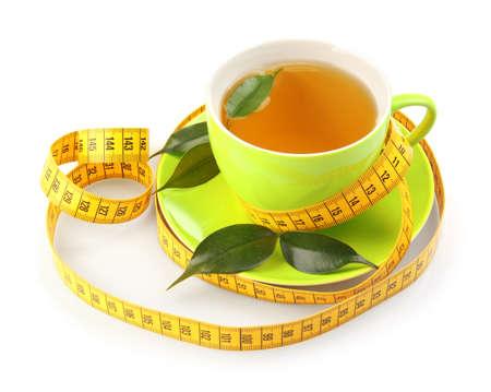 Concetto di perdita di peso. Tazza di tè e nastro di misurazione isolati su bianco
