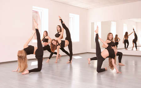 Group of young dancers in studio Banque d'images