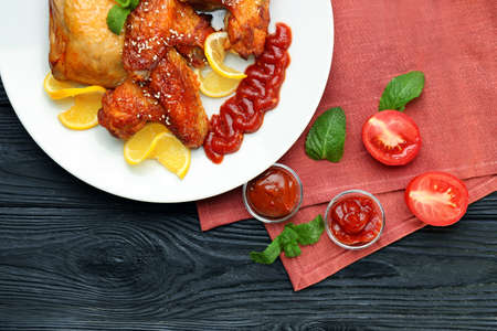 Delicious chicken with sauce on kitchen table Banque d'images