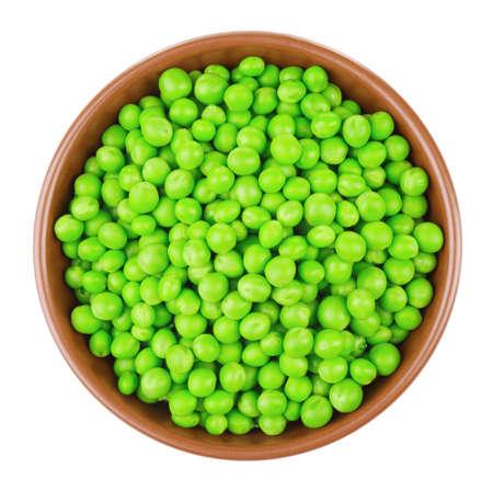Schüssel mit frischen grünen Erbsen auf weißem Hintergrund