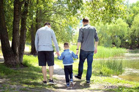 Homopaar met zoon in park Stockfoto