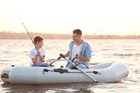 Vater und Sohn Angeln vom Schlauchboot auf dem Fluss