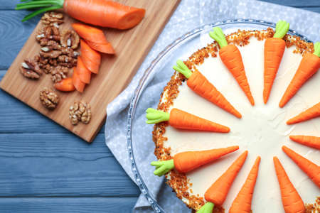 Stand with delicious carrot cake on wooden table Stockfoto