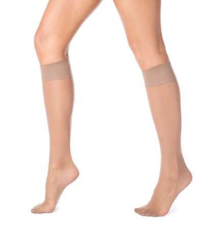 흰색 배경에 무릎 양말에 아름 다운 젊은 여자의 다리