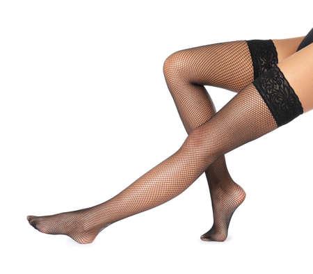 흰색 배경에 검은 스타킹에 아름 다운 젊은 여자의 다리