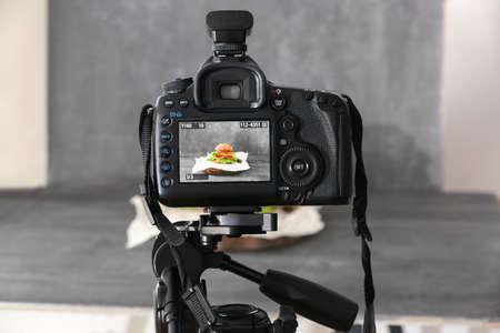 appareil photo professionnelle sur le trépied pendant la nourriture de tir