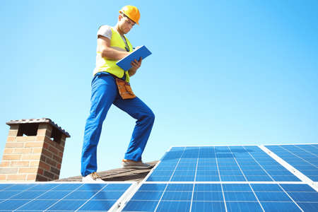 Werknemer zonnepanelen buiten installeren Stockfoto - 98296823