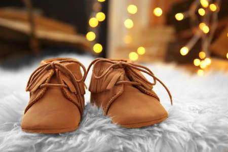 Baby booties on fluffy carpet. Christmas concept Foto de archivo - 98624268