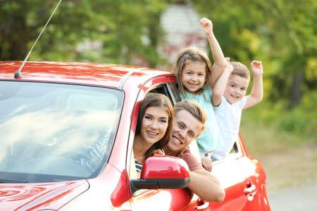 Gelukkige familie in auto