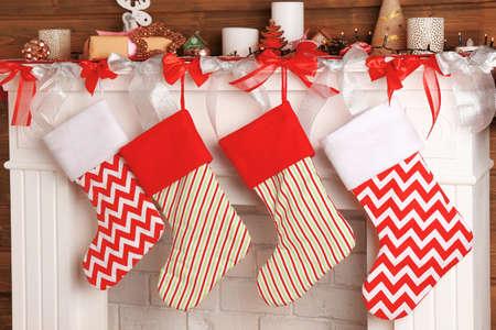 Schöner Kamin verziert für Weihnachten mit Socken