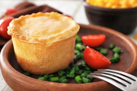 Delicious meat mini pie in wooden bowl, closeup Imagens