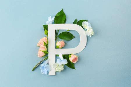 Composizione con lettera P e bellissimi fiori su sfondo di colore Archivio Fotografico - 98867838