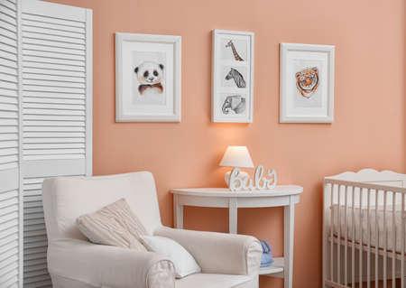 Babyzimmer mit Bildern von Tieren an der Wand