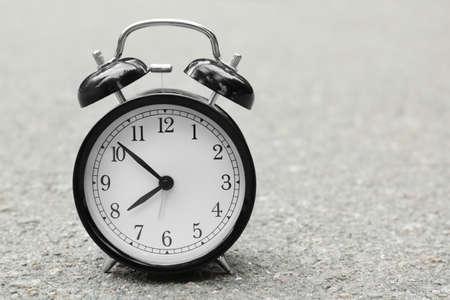 Alarm clock on asphalt outdoors. Morning routine concept 写真素材 - 98728423