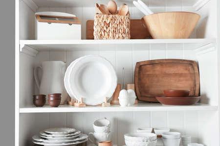 Stand di stoccaggio con stoviglie e utensili da cucina in casa