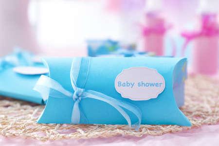 Boîte avec douche douche de bébé sur la table Banque d'images - 99478097