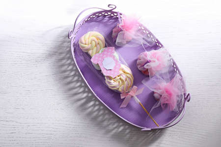 Tray with treats and card for baby shower party on table Banque d'images - 98875511