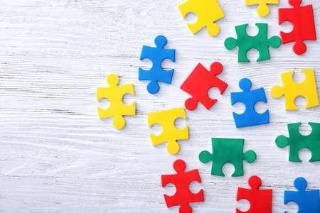 Puzzles de couleurs sur fond de bois