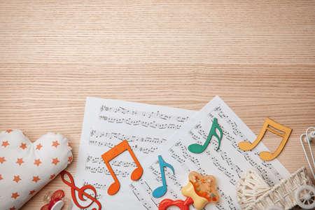 Hermosa composición con partituras sobre fondo de madera. Concepto de canciones de bebé