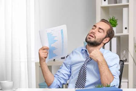 Młody człowiek gorąco w biurze