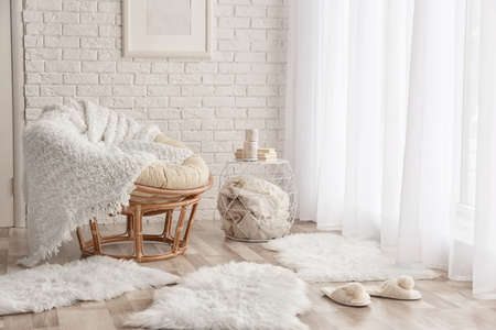 モダンな客室内装で、ラウンジチェア、柔らかいふわふわカーペット 写真素材