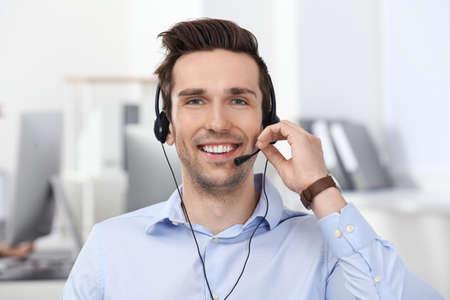 Męski menedżer konsultantów z zestawem słuchawkowym w biurze Zdjęcie Seryjne