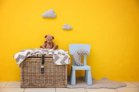 Habitación infantil con paredes de colores brillantes, detalles interiores.