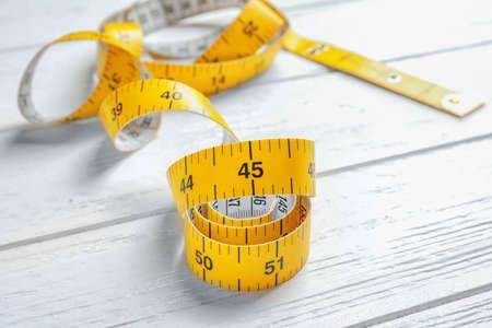 Ruban à mesurer pour coudre sur table en bois Banque d'images - 99097171