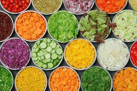 Vista superior de la barra de ensaladas con una variedad de ingredientes
