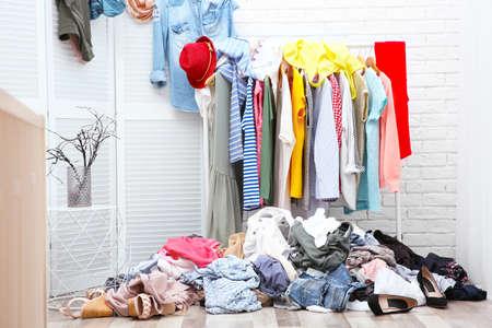 Brudne wnętrze garderoby z wieszakiem na ubrania