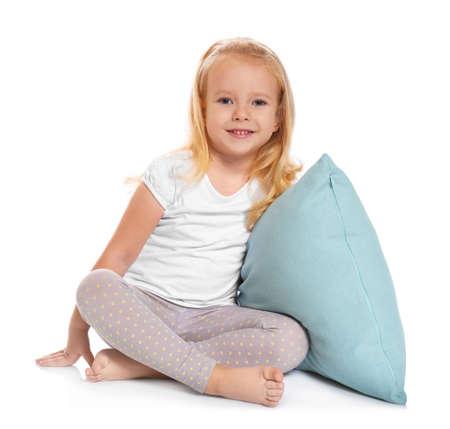 Kleines Mädchen mit großem Kissen auf weißem Hintergrund