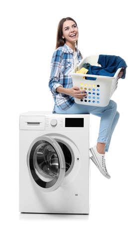 Junge Frau , die Wäsche auf weißem Hintergrund tut Standard-Bild - 99616594