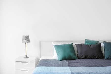 Stijlvol kamerinterieur met comfortabel bed
