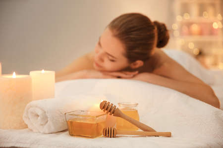 Honing voor kuuroordprocedures en jonge vrouw in salon