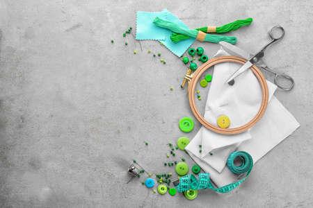 Draden en ingesteld voor borduurwerk op grunge achtergrond, bovenaanzicht Stockfoto - 99288379