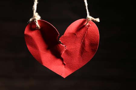 暗い背景にロープにぶら下がっている心臓をリッピング。関係の問題