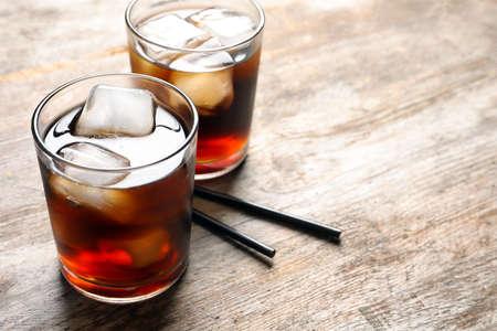 나무 테이블에 얼음으로 상쾌한 콜라 두 잔 스톡 콘텐츠 - 100634127