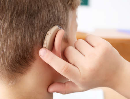 Niñito encender el audífono, primer plano