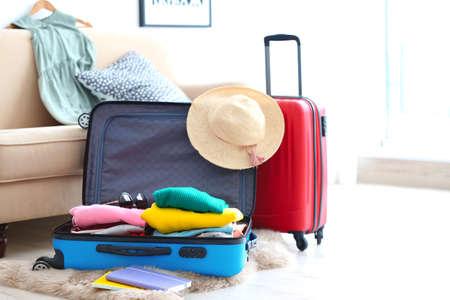 Maletas de viaje empaquetadas en el interior Foto de archivo