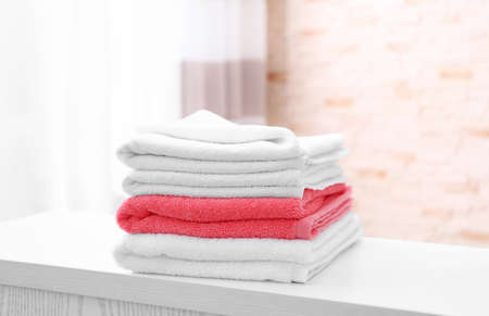 Stack of clean towels on table Standard-Bild - 100640313