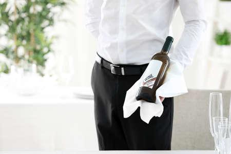 Ober bedrijf fles wijn in restaurant