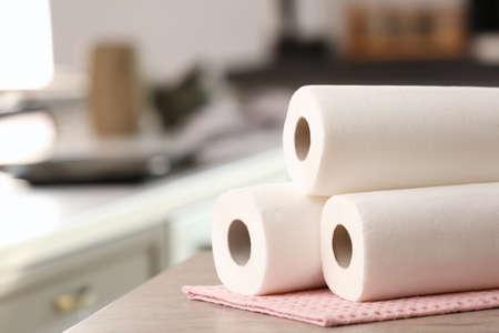 Rollen von Papierrollen auf Küchentisch Standard-Bild
