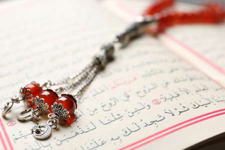 Holy book of Muslims and prayer beads, closeup 免版税图像