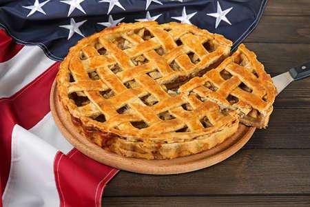 Torta di mele affettata con bandiera americana sul tavolo Archivio Fotografico