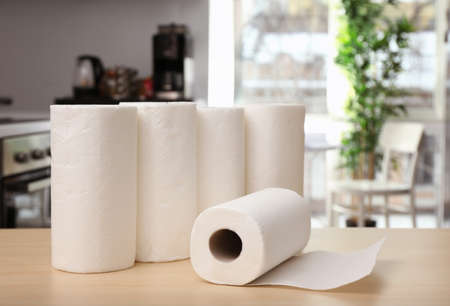 Rolls of paper towels on table indoors Banque d'images